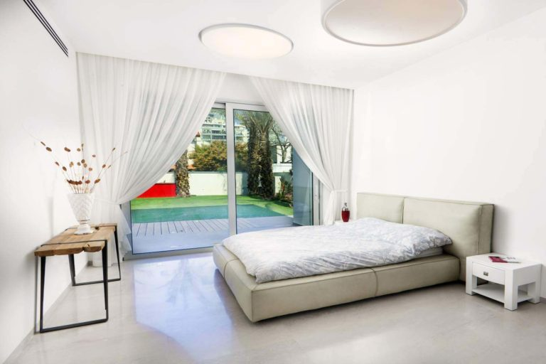 חדר שינה ובריכה