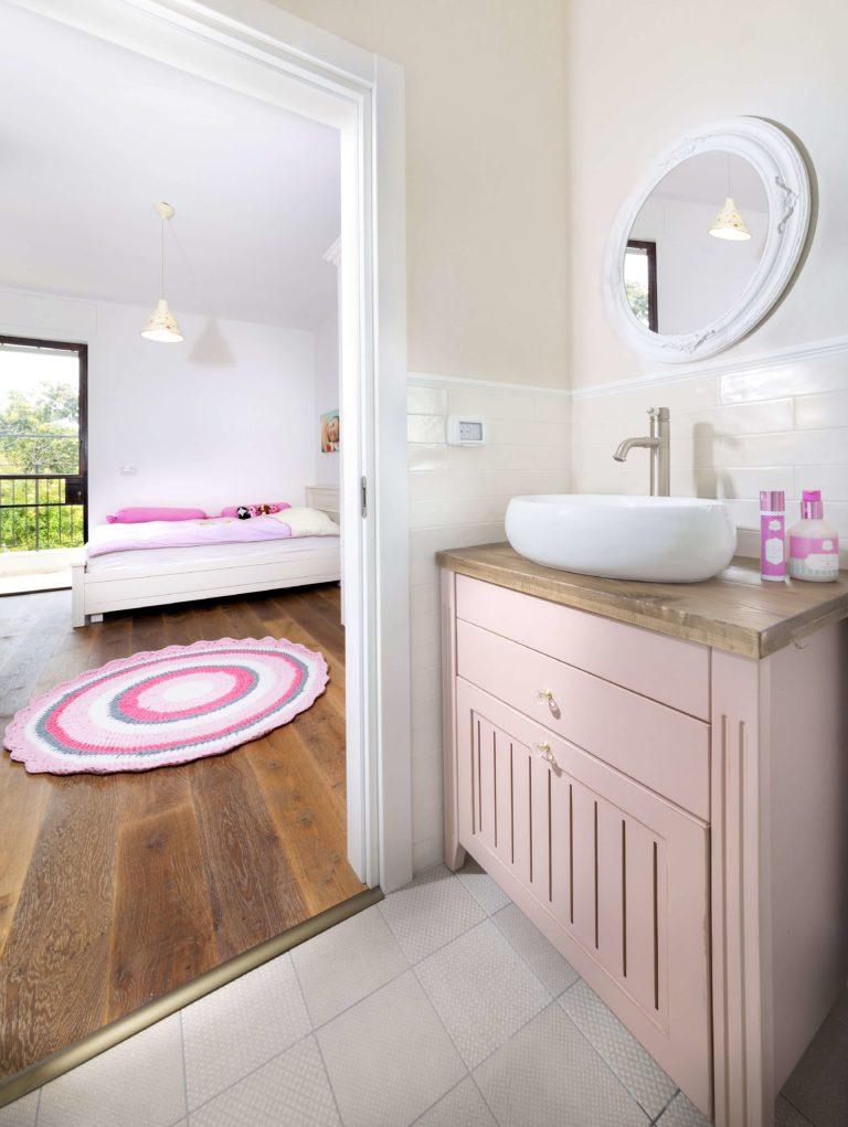 חדר אמבטיה וחדר ילדים