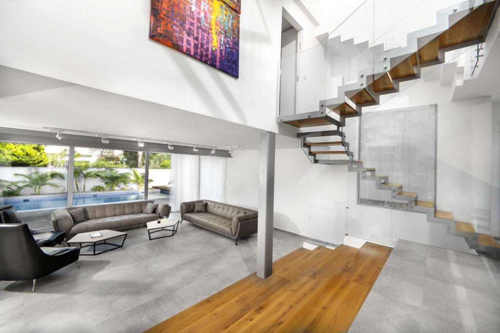 סלון ומדרגות