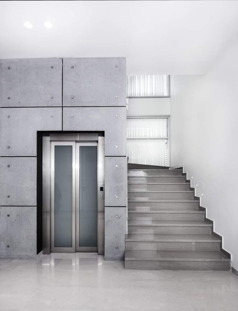 מעלית ומדרגות